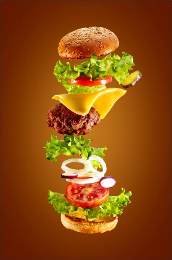 grote smakelijke zelfgemaakte hamburger met vliegende ingre nten op witte achtergrond geisoleerd 1 erree