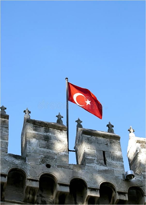 turkse vlag op middeleeuws kasteel rhitu